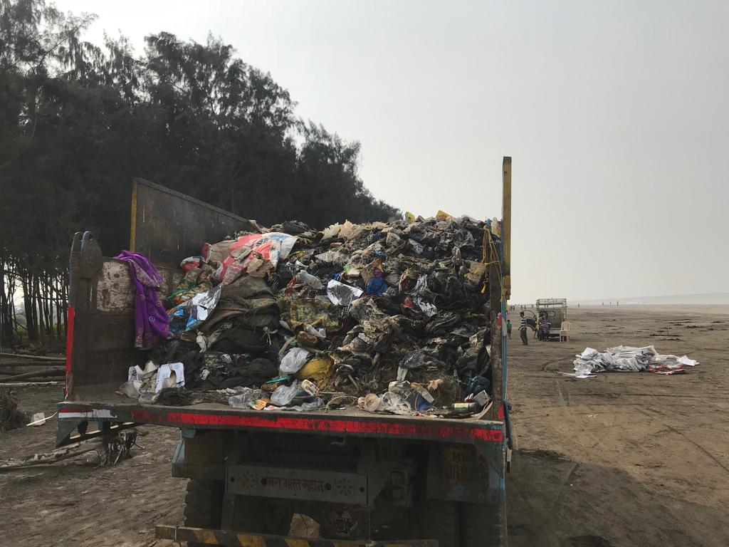 Több tonna szemét került elszállításra Mumbai kertvárosi körzetéből.