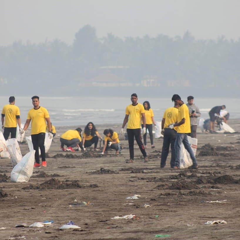 Aktivista csoportok lepték el a tengerpartot, ahol mentették azt, ami menthető volt.
