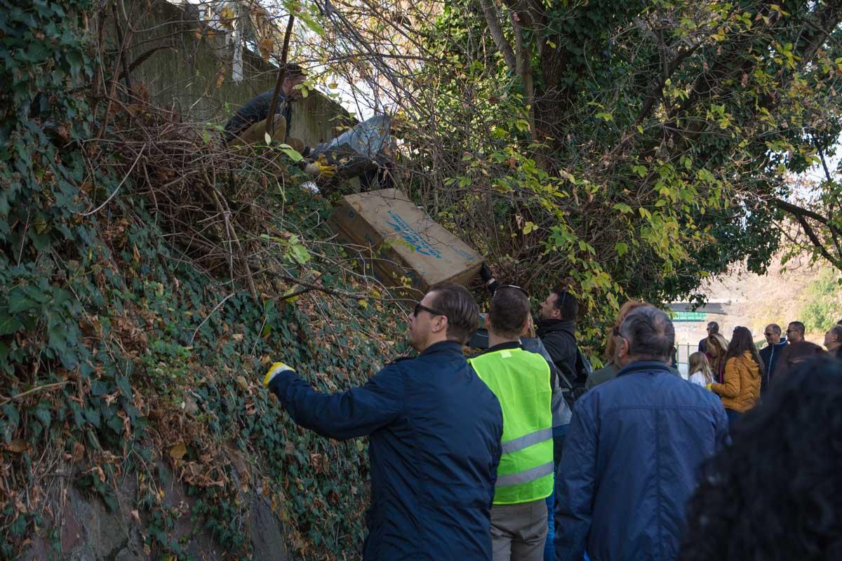 Az önkéntesnek állt céges dolgozók még a bokrok alá is bemásztak, hogy a hulladékot kiszedjék onnan./ Fotó: szemetszedes.hu - Kalmár Krisztián